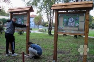A táblák kihelyezése a topolyai telelőhelynél (Photo: Edita Suturović)